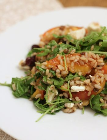 insalata-cereali-e-legumi-con-pesche-caramellate-rucola-e-feta