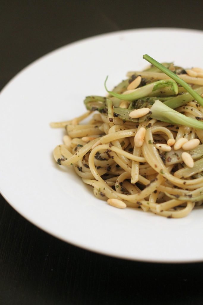 linguine-puntarelle-salsa-al-tartufo-e-pinoli