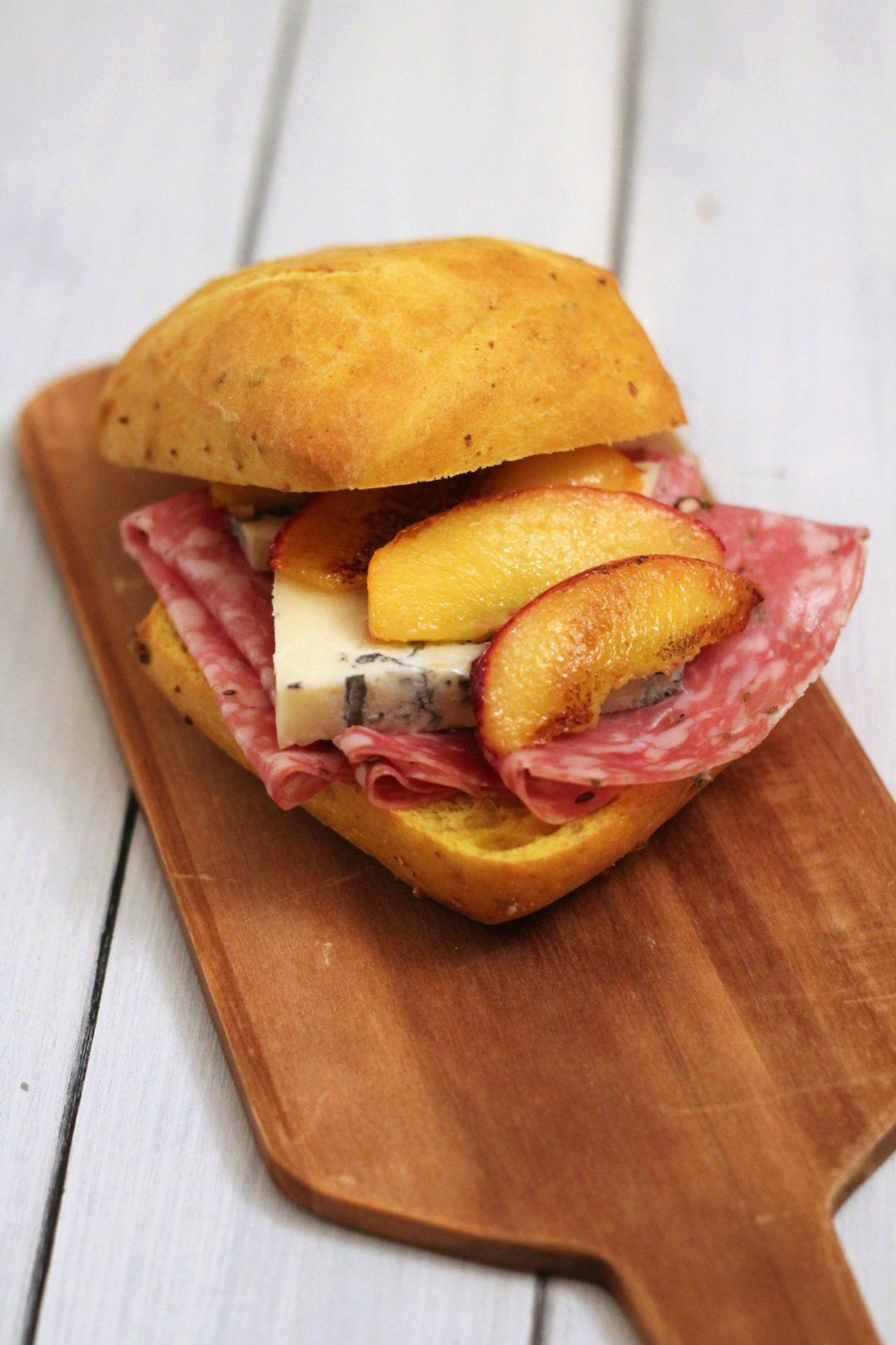 panino-gorgonzola-piccante-finocchiona-pesche-caramellate