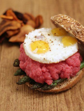 bagel-con-asparagi-tartare-al-tartufo-e-uova-di-quaglia