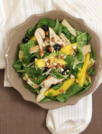 insalata-di-pollo-con-spinacino-avocado-mango-mirtilli-e-mandorle