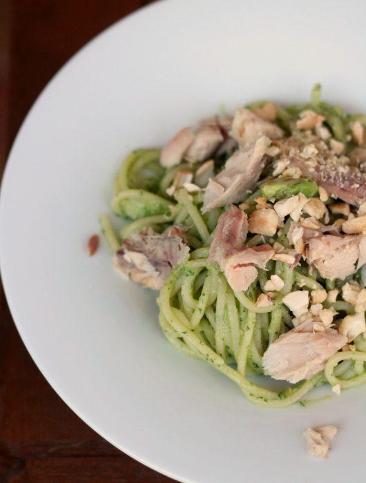 linguine-avocado-e-basilico-con-salmone-e-pistacchi