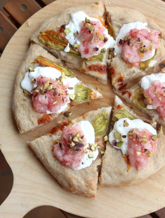 pizza-con-fiori-di-zucca-stracciatella-e-tartare-di-gambero-rosso