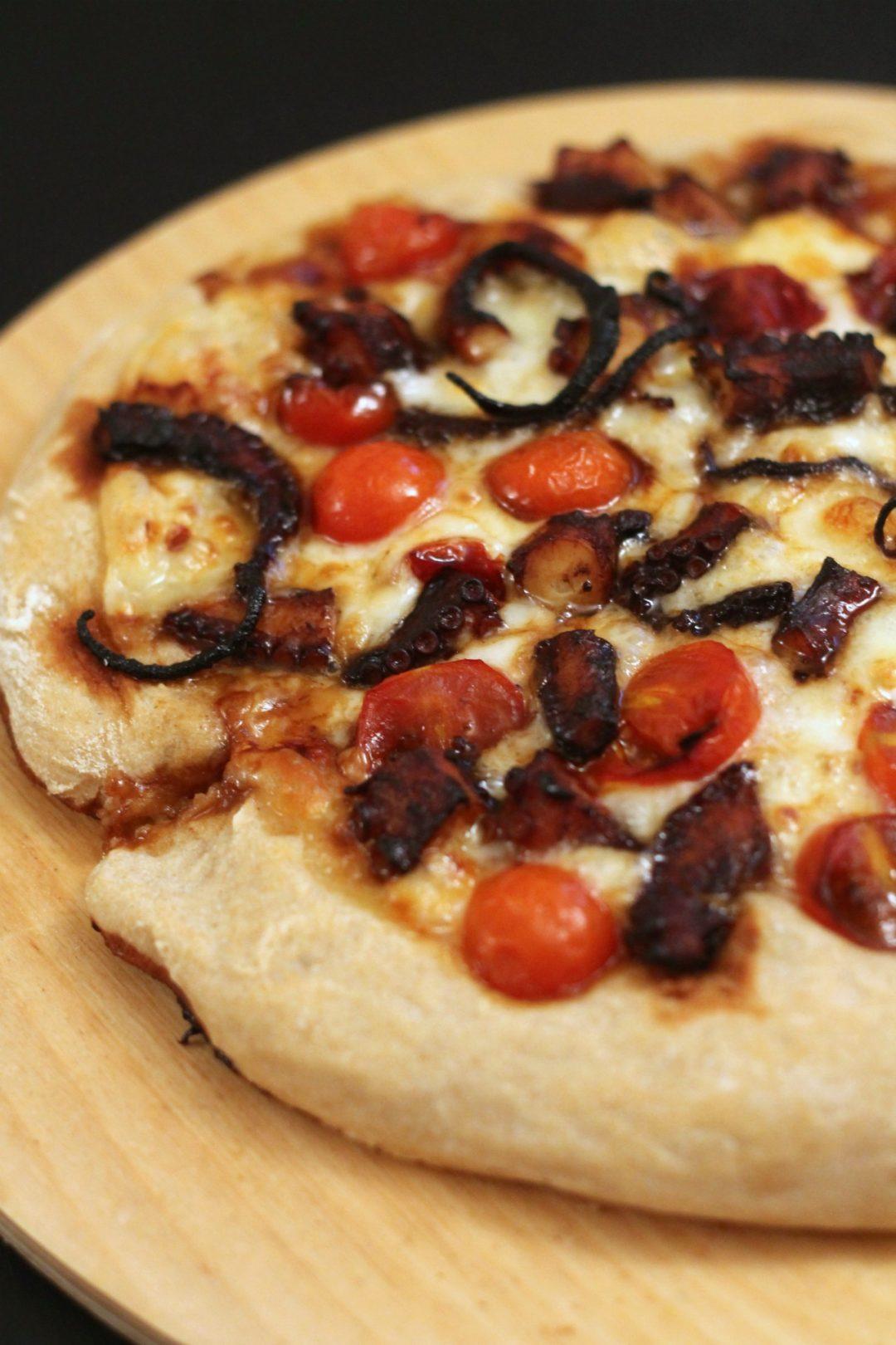 pizza-con-provola-piccante-pomodorini-caramellati-e-polpo-spadellato-alla-sapa