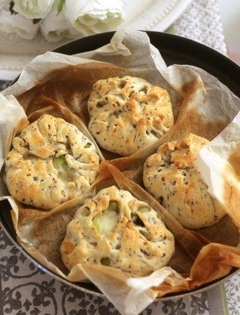 bauletti-di-sfoglia-ai-cereali-con-porri-olive-taggiasche-e-formaggio