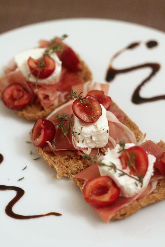 crostini-crudo-caprino-e-ciliegie
