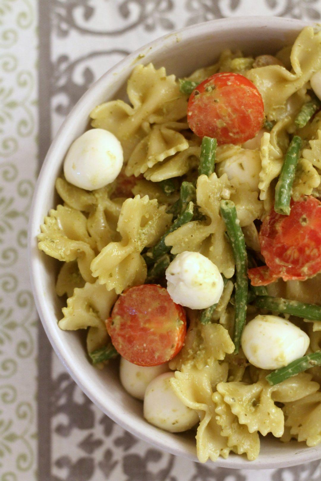 insalata-di-farfalle-al-pesto-con-verdure-e-mozzarelline