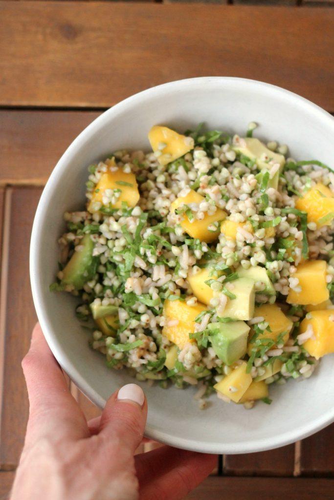 insalata-di-grano-saraceno-con-mango-avocado-e-dressing-al-lime