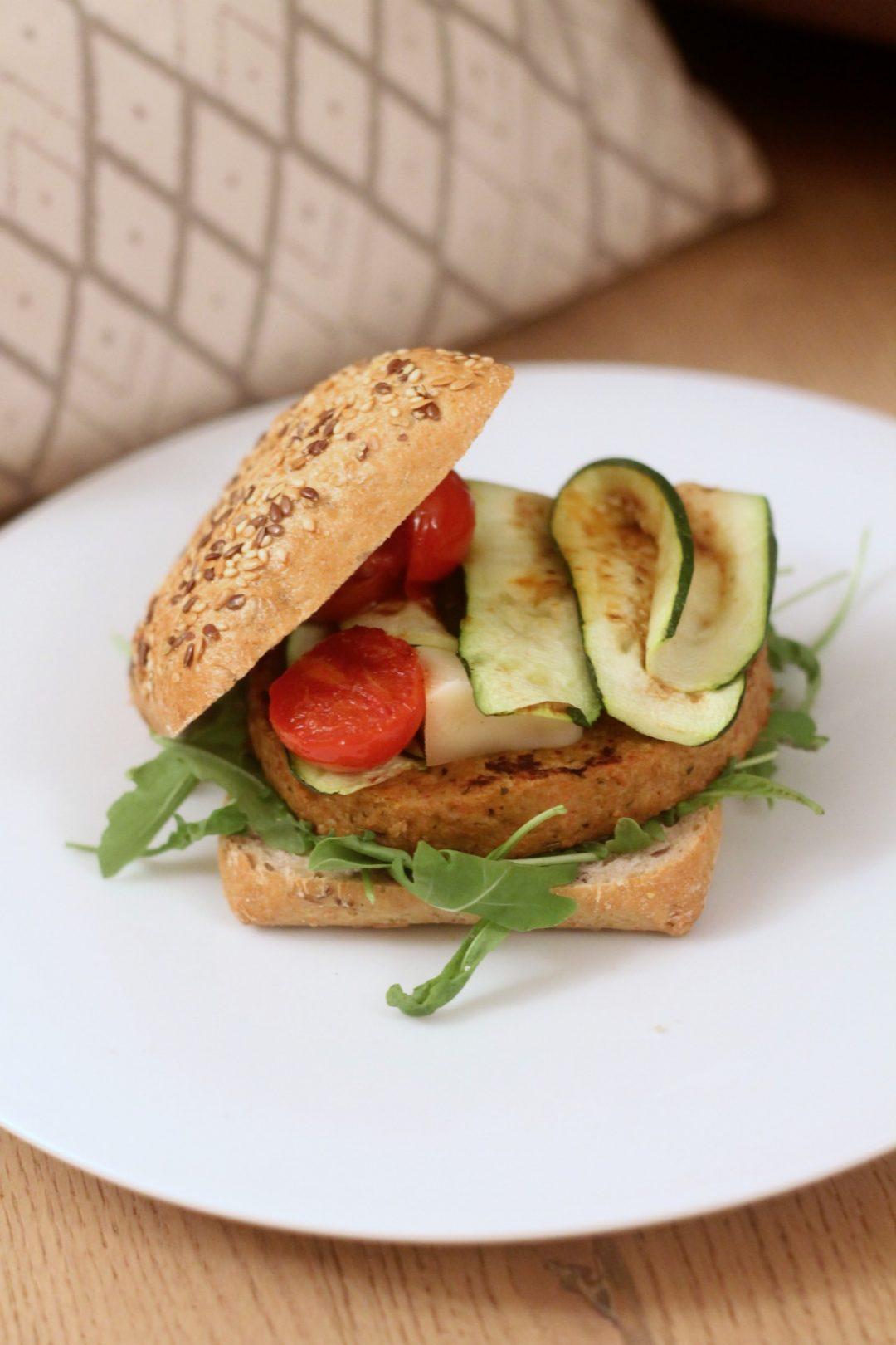 veggy-burger-gorgonzola-zucchine-grigliate-e-pomodorini-confit