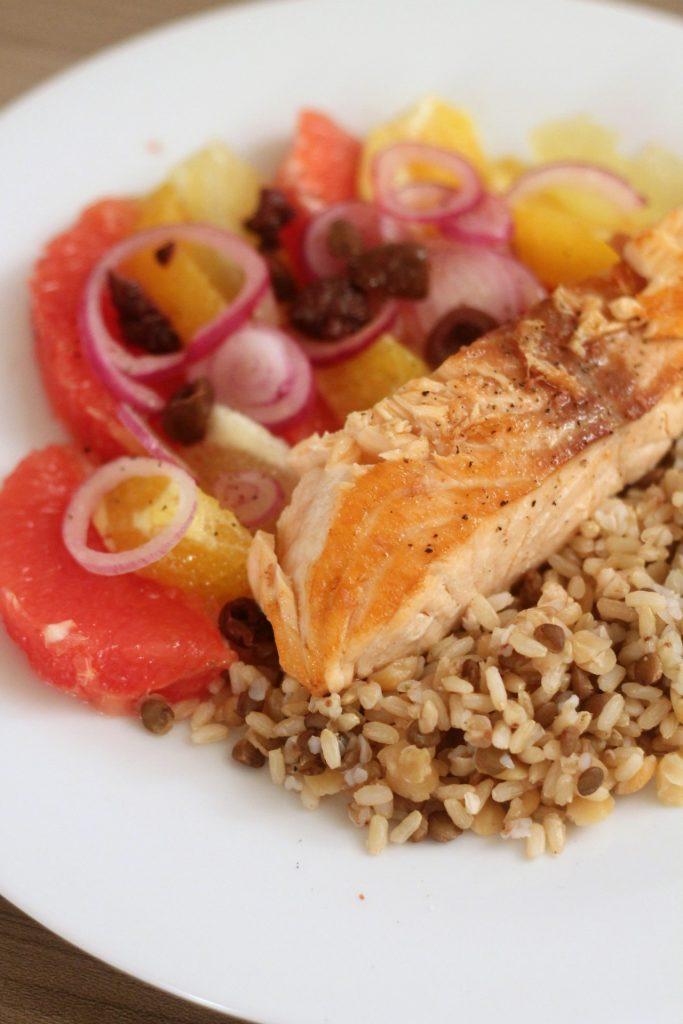 filetto-di-salmone-con-insalata-di-agrumi-e-cereali-misti