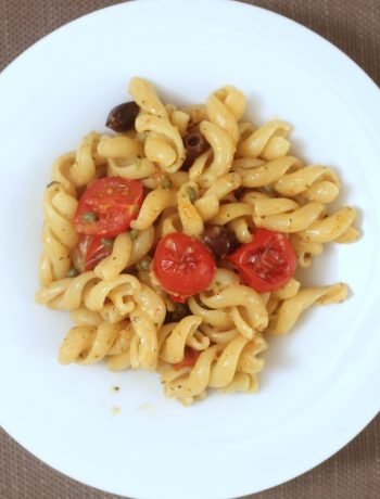 fusilloni-con-pomodorini-Pachino-capperi-olive-pangrattato-e-pecorino