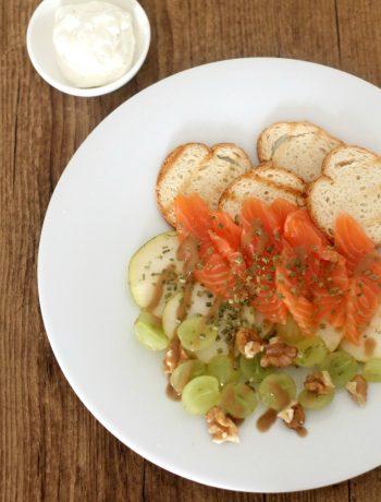 salmone-affumicato-con-uva-pere-noci-e-crema-alla-senape