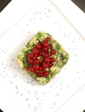 tartare-di-salmone-marinato-al-lime-con-avocado-e-ribes