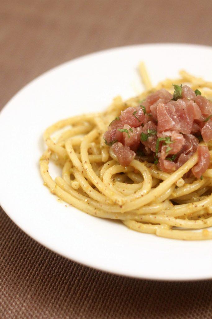bucatini-al-pesto-di-pistacchi-con-tartare-di-tonno-marinata-al-lime-e-menta