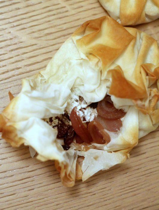 fagottini-pasta-fillo-con-cipolle-caramellate-uvetta-e-pinoli