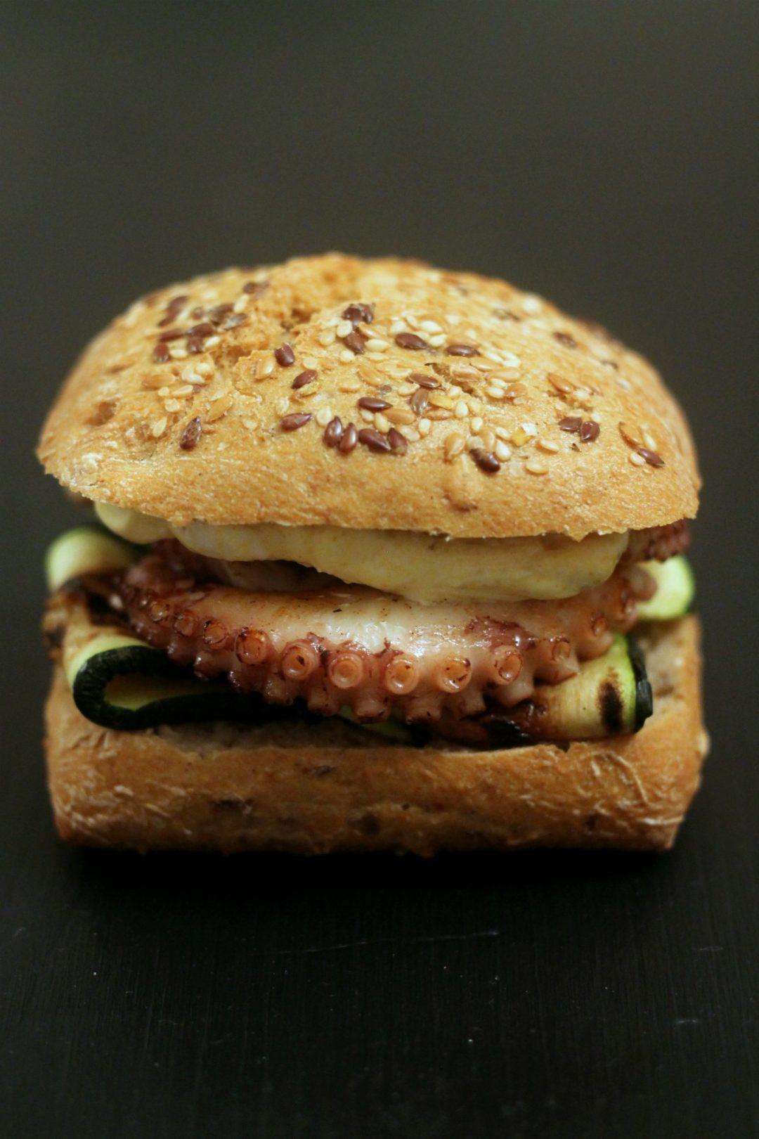 panino-al-polpo-con-zucchine-grigliate-e-crema-di-skyr-allo-zafferano