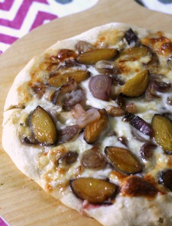 pizza-provola-cipolle-caramellate-e-prugne
