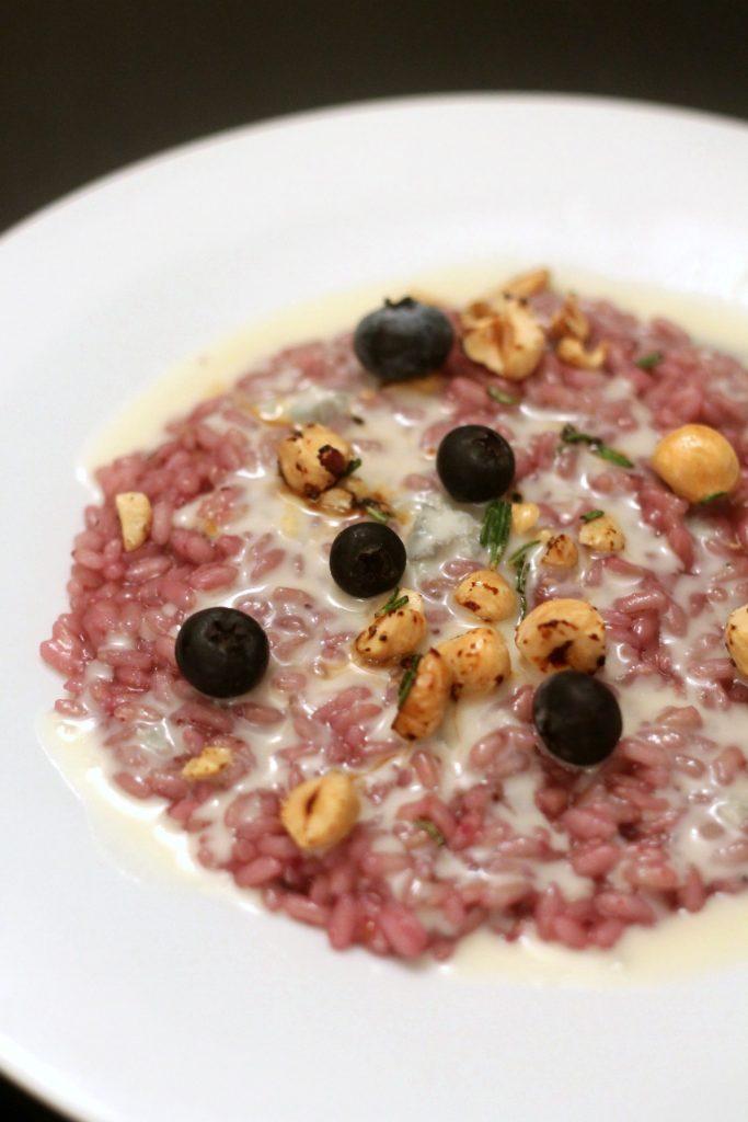 risotto-ai-mirtilli-con-crema-di-gorgonzola-e-nocciole-tostate-al-rosmarino