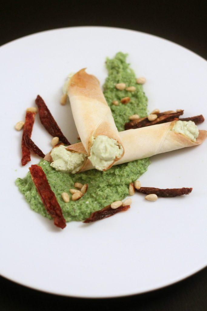 cannoncini-di-pasta-fillo-con-ricotta-e-pesto-su-crema-di-broccoli