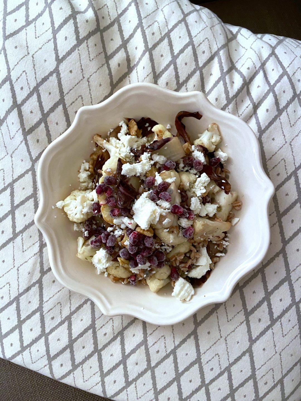 insalata-calda-di-farro-con-radicchio-e-cavolfiore-arrosto-noci-e-quartirolo