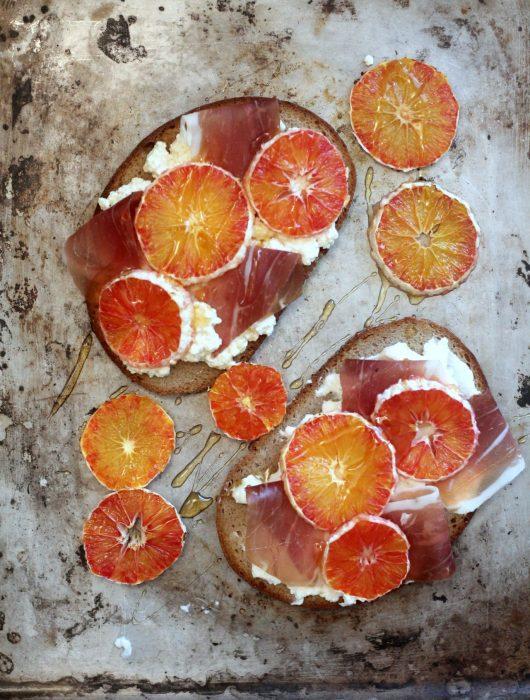 bruschette-con-robiola-arance-arrostite-prosciutto-crudo-e-un-filo-di-miele