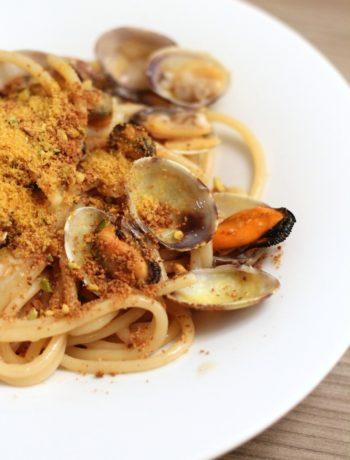 spaghettoni-cozze-e-vongole-con-pangrattato-profumato-al-pistacchio-e-bottarga