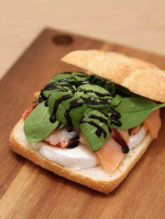 panino-salmone-affumicato-mozzarella-di-bufala-e-arancia-al-basilico